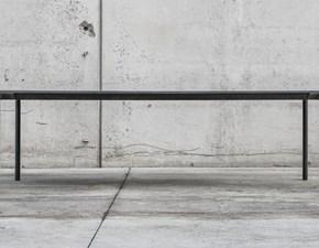 Tavolo Kristalia modello Boiacca. Il tavolo ha rinforzi interni in acciaio inox e le gambe e il piano in cemento. E' possibile utilizzarlo anche all'esterno.