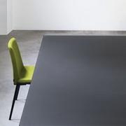 Tavolo Kristalia modello Lilium. Il tavolo ha la struttura in alluminio verniciato disponibile in varie finiture e il piano in vetro lucido o opaco.