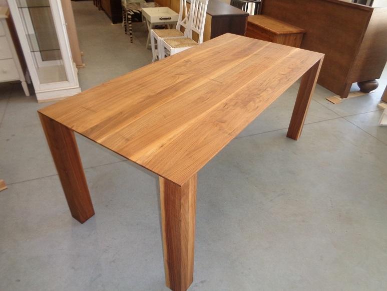 Tavolo lineare moderno in noce massello tavoli a prezzi - Tavolo noce massello ...