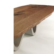 piano con bordo scortecciato dove si evince la maestria del legno