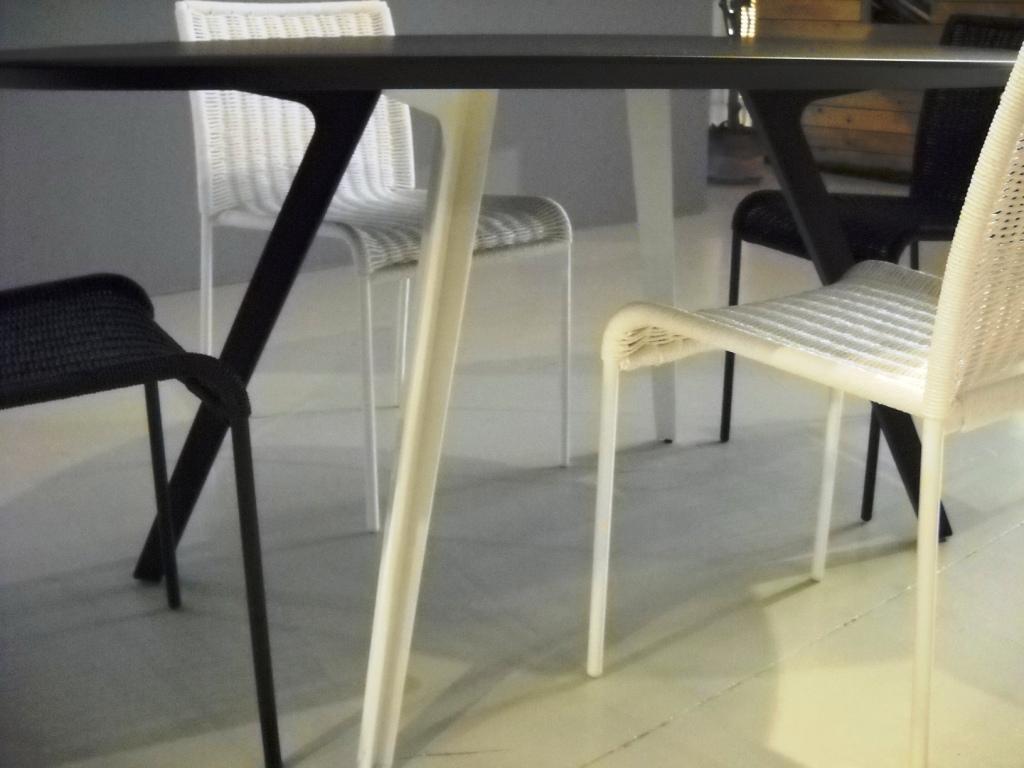 Tavolo ovale e 4 sedie katana di accademia in offerta for 4 sedie in offerta
