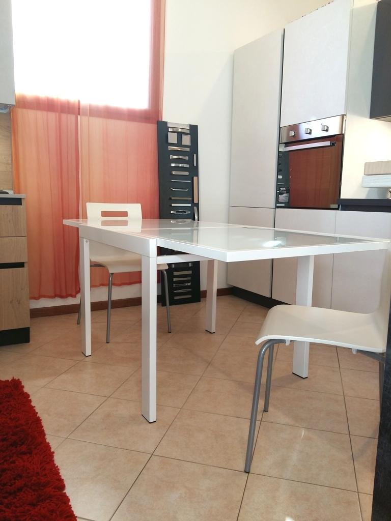 Tavolo quadrato allungabile moderno in vetro bianco for Tavolo allungabile moderno