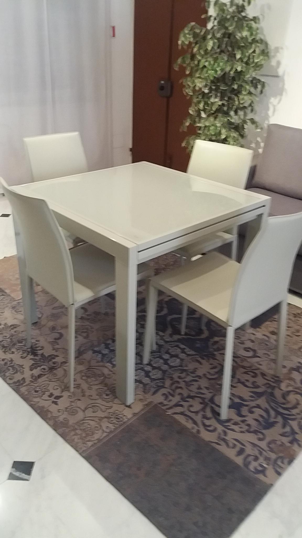 tavolo quadrato allungabile piano in vetro 4sedie in