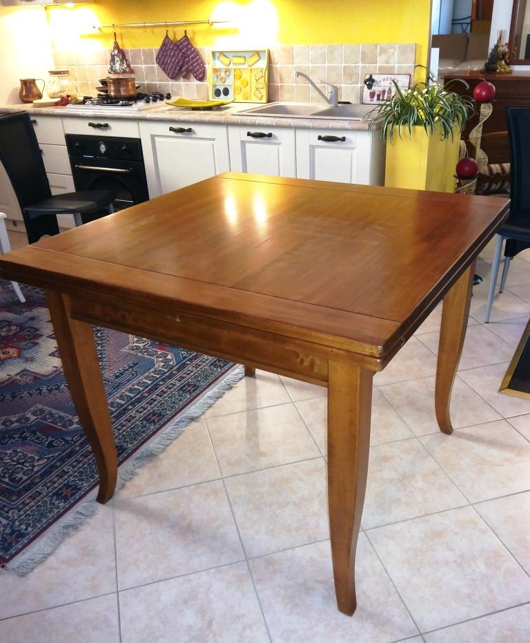 Tavolo quadrato in noce massello allungabile tavoli a for Tavolo quadrato