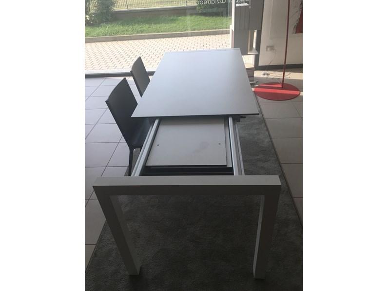 Tavolo rettangolare a quattro gambe sushi alucompact for Sedie kristalia outlet
