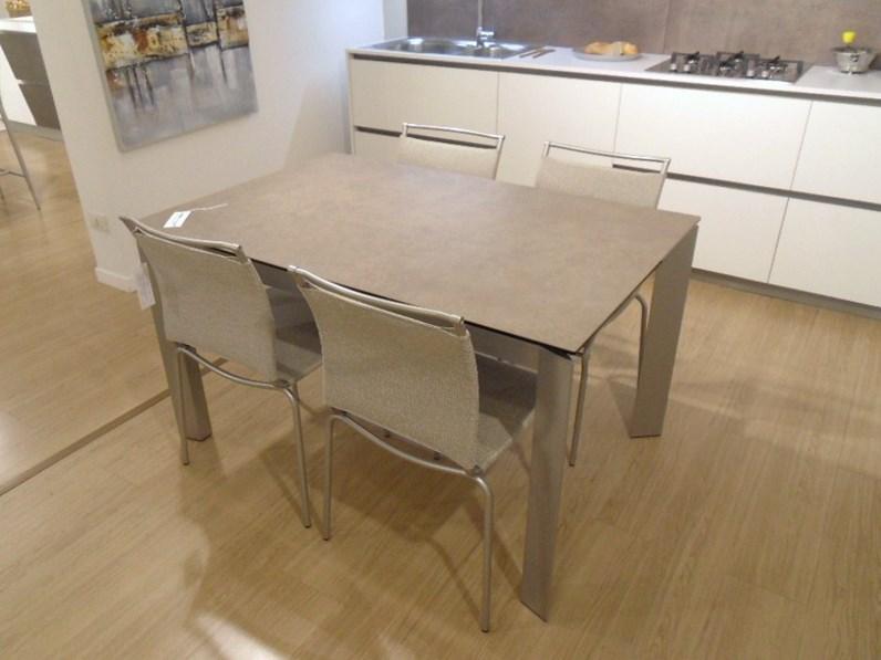 Tavolo rettangolare in ceramica Baron con 4 sedie air Calligaris in ...