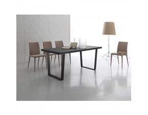 Tavolo Santa Lucia modello Plano. Il tavolo ha il piano in legno disponibile in varie finiture e le gambe in brill o in titanio.