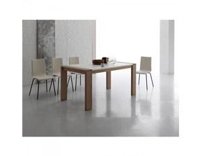 Tavolo Santa Lucia modello Soho. Il tavolo ha la struttura in legno nodato e il piano in eco bianco o eco kashmir. Il tavolo è allungabile.