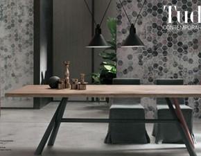 Tavolo Tomasella modello Tudor. Tavolo fisso con top in finitura in rovere naturale scortecciato e struttura in finitura antracite con particolare personalizzabile in laccato opaco.