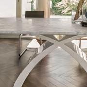 Tavolo moderno con il piano in marmo bianco carrara