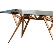Tavolo Valsecchi modello Schegge. Tavolo con struttura in frassino naturale e piano in vetro extrachiaro di 10 mm. Gambe realizzate con triangoli incrociati.